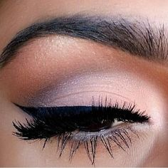 Have you always wanted to achieve that beautiful cat eye look with your eyeliner? If you're having a hard time, there are some easy cat eyes makeup tips you can try out. These tips will help you achieve the look every time in a matter of minutes. Pretty Makeup, Love Makeup, Makeup Inspo, Makeup Inspiration, Amazing Makeup, Makeup Style, Makeup Ideas, Beauty Make-up, Beauty Hacks