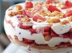 Voor 4 personen 450 gr griekse yoghurt 200 gr mon chou 5 eetlepels poedersuiker 500 gr aardbeien (in plakjes gesneden) 150 gr lange vingers