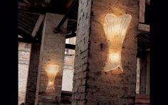 27 APG Lampada da Parete alt. 60cm Trasparente  Lampada da parete (applique) con vetro satinato con decoro oro e montatura bianca oppure in vetro trasparente con decoro oro e montatura oro. Disponibile in 3 differenti dimensioni, piccola, media e grande, rispettivamente con altezza di 23, 37 e 60cm.