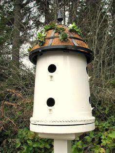 Plant Pot Bird House http://www.lovediy.it/2014/03/18/plant-pot-bird-house/ Tante e diverse sono le #tecniche per costruire una #casetta per #uccelli, ma alcune, come questa, sono particolarmente meritevoli di attenzione. Perché? Per l'ingegno e lo spirito #ecologico mostrato nella scelta dei materiali...