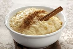 The best Spanish Food: Arroz con leche is the Spanish version of Rice Pudding, but it is widely believed that this dish has origins in Moorish cuisine. This simple Spanish dessert is enjoyed throughout the Spanish peninsular as well as across the world Slow Cooker Rice Pudding, Easy Rice Pudding, Quinoa Pudding, Rice Pudding Recipes, Rice Puddings, Pudding Desserts, Stove Top Rice Pudding Recipe, Arborio Rice Pudding, Stovetop Rice Pudding