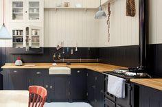Cuisine en lames de bois noir mat // #kitchen // #vintage // #retro