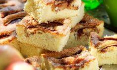 Långpannan är perfekt när många vill få en bit av äppelkakan. Kanel och socker sätter smak på frukten.