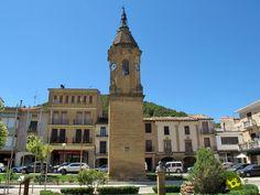 Ayerbe, sobre el cauce medio del río Gállego y al pie de las sierras prepirenaicas de Loarre y Luna y el embalse de La Sotonera, se ubica al pie de una fortaleza que se documenta como castillo en la Crónica de al-Razí, en el siglo X.