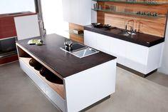 """Wunderschöne Kontraste: Küchenarbeitsplatte """"Coffee Brown"""" aus Naturstein mit Leather Look Oberfläche von Strasser Steine."""