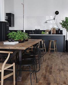 Keuken industrieel - combinatie met stoere houten vloer - zwart, wit, hout