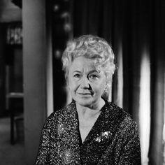 Olga Scheinpflugová (1902–1968) byla Česká herečka, spisovatelka, básnířka a dramatička. Od roku 1918 studovala herectví u Marie Hübnerové, členky činohry Národního divadla. V roce 1920 byla angažovaná do Švandova divadla (Vojtěch (Adalbert) ČABOUN  . Václav Palivec 1882-1964 Palivec - Anna Čaboun (Vondráček)  Scheinpflugová (Karel Čapek).