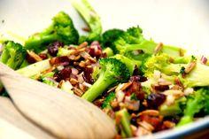 Lækker broccolisalat med bacon, som du kan servere til mange forskellige retter med kød. Eller bruge broccolisalaten som hovedret med et godt stykke brød til. Foto: Guffeliguf.dk.