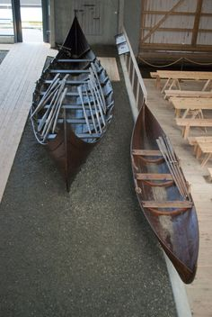 During our stay, we travelled to Borgund to visit Sunnmøre Museum. Here they have an open-air museum with 50 well-preserved old buildings. At the museum, they also have replicas of the two Viking boats that were found in a marsh on Fjørtoft in 1940.  The largest boat is about 10 meters long with the hull made of oak. The smallest boat, almost a rowboat, was much smaller and in very poor condition