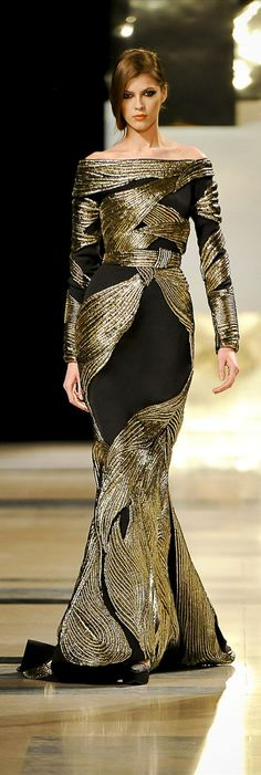 If you got the curves, flaunt them in this Black-n-Gold number...