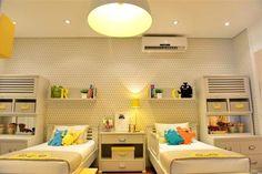 Decoração de quartos para inspirar - Os arquitetos Bruna Ximenes e André Leite criaram um dormitório para dois meninos modernos. A proposta foi desenvolver um ambiente que fosse ao mesmo tempo acolhedor e descontraído. O uso de tons neutros e grafismos com cores vibrantes e formas geométrica
