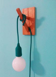 lámpara ménsula de madera con cable textil de colores
