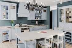Top 10 Wall Paint Colors To Elevate Your Kitchen Space Paint For Kitchen Walls, Kitchen Paint Colors, Wall Paint Colors, White Shaker Kitchen, Shaker Kitchen Cabinets, Interior Modern, Interior Colors, Lily Ann Cabinets, 3d Kitchen Design