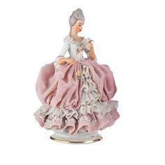 FIGURA EN PORCELANA DRESDEN  Figura en porcelana de Dresden representando a una dama,la falda es de porcelana calada.Medidas: 16 cm.