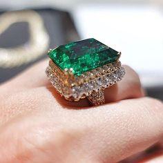 Van Cleef & Arpels!!! Fabulous....via @metallicmagazine  #dubai #diamond #diamonds #HIGHjewelry #life #like #love #luxury #luxurylife #luxurystyle #luxuryjewelry #luxurylifestyle #instacool #instalike #instamood #instadaily #instaabudhabi #queen #vancleefarpels #baselworld #baselworld2016 #followme #followme #finejewelry #amazing #awesome #abudhabi #my_dubai #mydubai #mylove