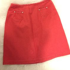 Ann Taylor Loft mini skirt Casual Mini Skirt, hugs you perfectly around the hips, it has two small pockets in the front with a back zipper as a closure. 100% cotton. Ann Taylor Skirts Mini