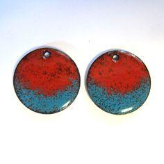 Questi ciondoli orecchini smalto blu turchese e rosso sono smaltati in una speciale tecnica dando loro un aspetto melange. Sul retro è smaltato in nero, come illustrato nella figura 2.  Dimensione: Dischi sono. 75(19 mm) Smalto su rame.  Più dei miei rifornimenti di gioielli artigianali possono essere trovate qui: https://www.etsy.com/shop/OxArtJewelry?ref=hdr_shop_menu §ion_id = 11580885  Pronto per la spedizione - generalmente entro 24 ore.
