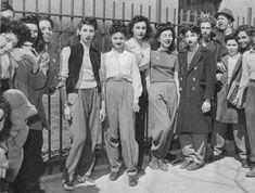 Brooklyn, High School girls protest a dress code forbidding female students to wear slacks Slacks For Girls, High School Dress Code, 1940s Fashion, Vintage Fashion, School Pants, Vintage Outfits, Vintage Wardrobe, Dandy, Teddy Girl