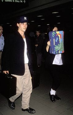 Winona Ryder and Johnny Depp Johnny Depp Winona Ryder, Young Johnny Depp, Michael Fox, Winona Forever, Actor Photo, Hollywood Fashion, Nostalgia, Airport Style, Style Icons