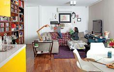 """""""Sala de estar projetada pela arquiteta Claudia Pecego. Destaque para a solução de marcenaria que acomoda os livros dos moradores. Carrinho, comprado em…"""""""