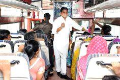 संसदीय सचिव एवं लोरमी क्षेत्र के विधायक श्री तोखन साहू ने मुंगेली जिले से आए पंचायत प्रतिनिधियों के साथ सफर किया. यहाँ तक कि वे खुद भी एक गाइड की तरह उन्हें राजधानी एवं नया रायपुर के बारे में जानकारी देते रहे. उनके सरल, सहज व्यक्तित्व से प्रतिनिधि बेहद खुश हुए.