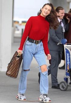 Bella Hadid looks uncharacteristically casual in red shirt and jeans She's known as one of the most fashionable models in the world. But on Saturday Bella Hadid apparently dressed down for her flight into JFK airport in New York. Bella Hadid Outfits, Bella Hadid Style, 80s Fashion, Korean Fashion, Fashion Outfits, Fashion Quiz, Celebrity Outfits, Celebrity Style, Style Invierno