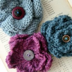 PDF knitting pattern for flower corsages Three pretty flower corsages that will brighten up any outfit – stitch or pin them to jackets, sweaters, hats or bags.