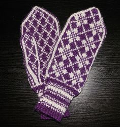Ravelry: Oldemors Roser pattern by Beate Bratgjerd Mittens Pattern, Knit Mittens, Wool Gloves, Mitten Gloves, Free Knitting, Knitting Patterns, Wrist Warmers, Knitting Projects, Free Pattern