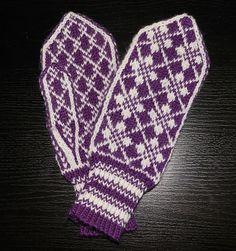 Ravelry: Oldemors Roser pattern by Beate Bratgjerd Mittens Pattern, Knit Mittens, Wool Gloves, Mitten Gloves, Free Knitting, Knitting Patterns, Wrist Warmers, Knitting Projects, Knit Crochet