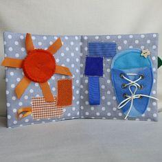 Livre déveil et activités pour jeunes enfants. Inspiration Montessori. La pédagogie Montessori aide lenfant à grandir en toute autonomie et à développer son potentiel propre. Ce livre déveil multicolore est le jeu premier âge ludique incontournable. Il comporte 6 pages avec une couleur primaire dans une harmonie de différentes matières et une activité sur chaque page : - Jaune pour apprendre le laçage - Rouge avec une pomme à zipper - Orange avec un soleil à bouton pression - Bleu avec…