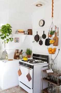 inspiration : suspendre une vieille bourriche pour fruits/oignons...