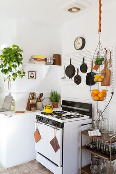 au dessus du plan de travail  Where I Cook: Leather Craftsman Steven Soria's Rental Kitchen