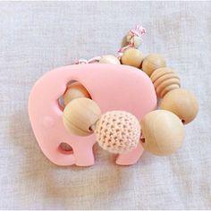 """Bijtring """"wild child"""" Roze - 100% bio - HYH Designs: gemaakt van 100% siliconen, houten kralen en biologisch katoen. Veilig en verantwoord voor je kleintje om mee te spelen!"""