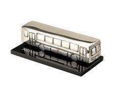 Peça: tridimensional com relevos, 16cm de comprimento.  Materiais disponíveis: alumínio (prata) ou bronze (dourado ou patinado).  Base: acrílico, 16x8x0,8cm.  Placa cortesia: aço inox (prata) ou latão (dourada), 6x2cm ou gravação impressão digital.