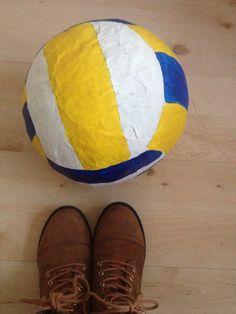 Als surprise op school een volleybal gekregen echt heel leuk! Er in zatten schriften gummetjes en potloden