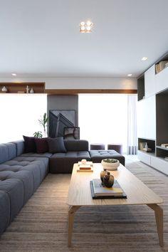 Cinza, rosa e madeira dão charme ao apartamento paulistano