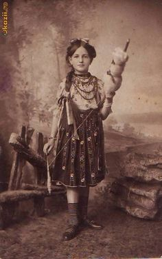 Romania /Adolphe A. Spinning Wool, Hand Spinning, Romanian Girls, Vintage Photos Women, European Fashion, Traditional Art, Old Photos, Photo S, Dame
