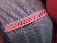 Mientras coses estirar el elástico así desp se contrae la tela