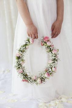 Nydelig blomsterkrans til brudepike. Floral Wreath, Flowers, Wedding, Home Decor, Lawn And Garden, Valentines Day Weddings, Floral Crown, Decoration Home, Room Decor