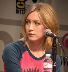 """WonderCon """"Hanna"""" The Movie Exclusive Interviews with Joe Wright and Saoirse Ronan! Wonder Woman Shirt, Florence Pugh, I Miss Her, Celebs, Celebrities, American Actors, Pop Culture, Interview, Beautiful Women"""
