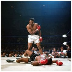 Muhammad Ali and Sonny Liston the Famous Photo By Neil Leifer of Sports Illustrated. This is one of the most Iconic photos of all time; a young Muhammad Ali shouting at Sonny Liston after knocking him down in the first round. Mohamed Ali, Sports Illustrated, Muay Thai, Fc Bayer, Neil Leifer, Combat Boxe, Laila Ali, Float Like A Butterfly, Sport Icon