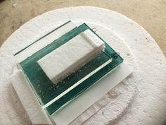 Raamvaasje (of muurvaasje) ligt klaar in de HotPot #before   Little glass vase ready to be fused in the HotPot