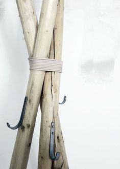 Hanger Coat Rack/hanger made out of sticks!Coat Rack/hanger made out of sticks! Into The Woods, Rustic Furniture, Diy Furniture, Wooden Coat Hangers, Diy Hangers, Coat Hooks, Diy Coat Rack, Standing Coat Rack, Ideias Diy