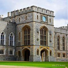 El castillo de Windsor es residencia habitual de la familia real Británica desde hace mas de 900 años.  Es el castillo habitado mas antiguo del mundo.  Esta ubicado en las afueras de Londres, a unos 45 minutos de tren desde la estación Waterloo.