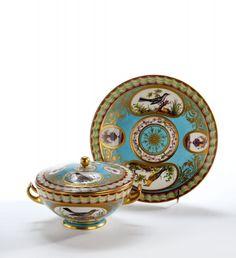 Écuelle ronde couverte et son plateau en porcelaine tendre de Sèvres nommée Écuelle Boizot, de la fin du XVIIIème siècle