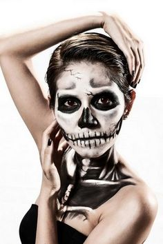 If you're looking for a Halloween costume that will please your pockets and also be convincing, the Grim Reaper costume is the perfect one! CelebrationJoy provides you with some tips to help you make a Grim Reaper costume at home. Devil Halloween, Halloween Cosplay, Halloween Make Up, Haunted Halloween, Halloween Foods, Halloween 2018, Halloween Party, Grim Reaper Makeup, Grim Reaper Costume