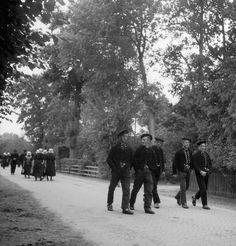 Zondagse wandeling, Staphorst♥ (1950-1960) Traditional Dresses, Holland, Dutch, German, Library Locations, Nostalgia, The Nederlands, Deutsch, Dutch Language