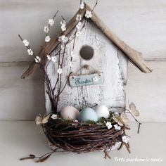 Deco Baby Shower y Bautismo Everyone looks at the clouds: Easter Bird House Body Jewelry and Today's Spring Crafts, Holiday Crafts, Diy Osterschmuck, Easy Diy, Birdhouse Designs, Diy Birdhouse, Birdhouses, Bird Houses Diy, Diy Easter Decorations
