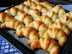 Croissants for The Daring Bakers! With Step by Step and link for English version. Menu Brunch, Bread Recipes, Baking Recipes, Homemade Croissants, Bread Cake, Portuguese Recipes, French Pastries, Love Food, Sweet Recipes