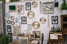 Relojes vintage y mueble auxiliar en Viveros la Mezquita